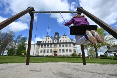 Blick auf den Spielplatz neben der Grundschule in Köthensdorf. Dort fehlt es an heißen Tagen an Schatten.
