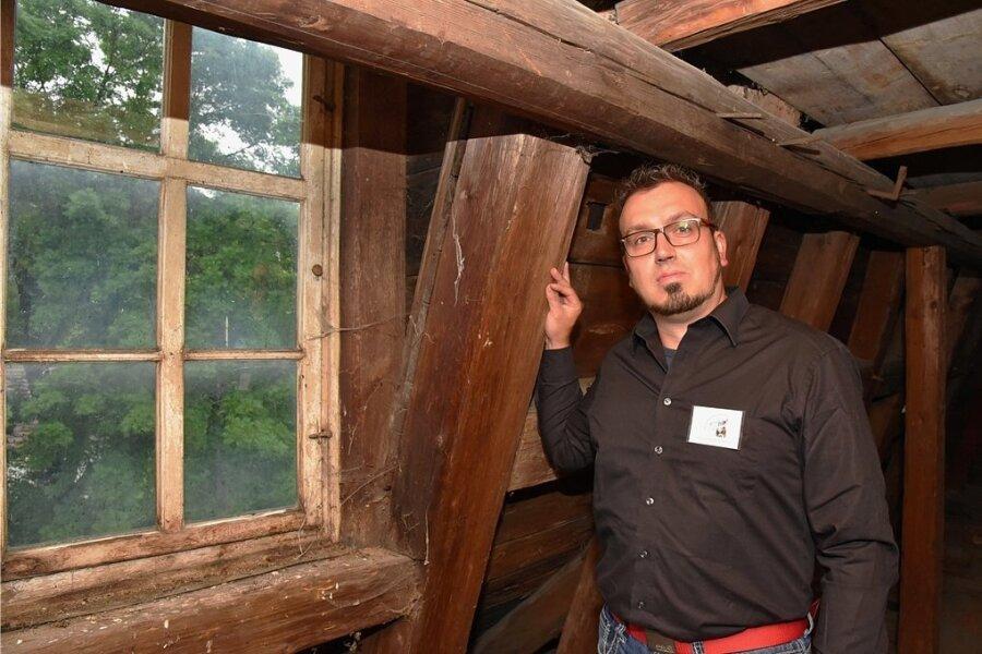 Christian Klemet, Vorsitzender des Fördervereins Rittergut Bösenbrunn im unteren Dachgeschoss des historischen Gebäudes. Nächstes Jahr soll die gesamte Konstruktion saniert werden.