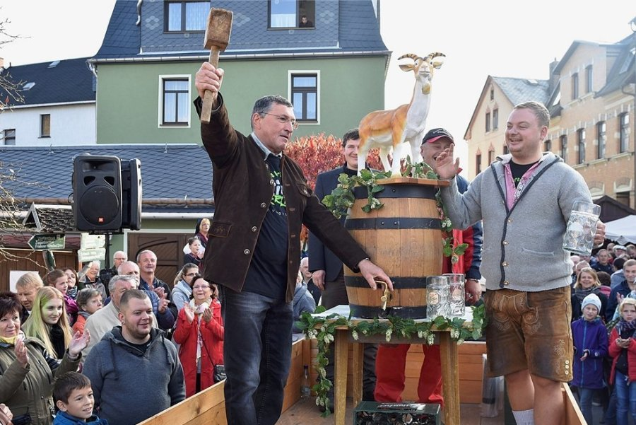 Ein Bild aus der unbeschwerten Zeit vor Corona: Ortsvorsteher André Worbs (links) und Braumeister Stefan Weiske beim Anstich des Freibier-Fasses im Jahr 2018.