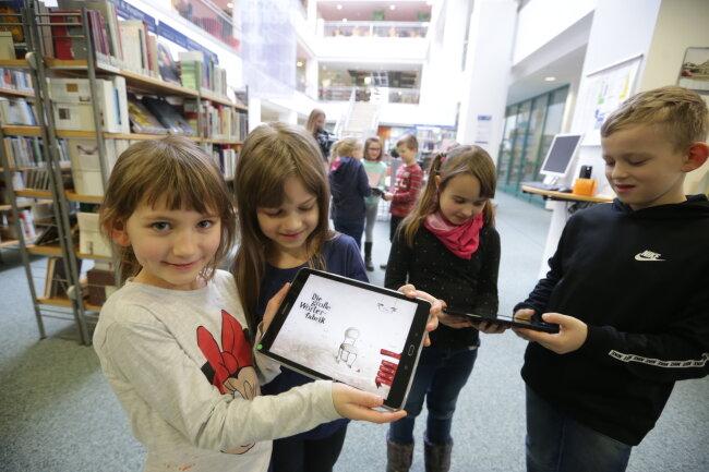 Wie funktioniert eine moderne Bibliothek? Grundschüler der Chemnitzer Valentina-Tereschkowa-Schule mit einem Tablet auf Entdeckungstour durch die Stadtbibliothek Chemnitz im Tietz.