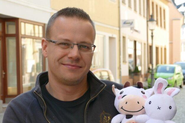 Auf der Ludwig-Würkert-Straße, die sich am Samstag in einen Handwerkermarkt verwandeln soll, präsentiert Robert Hänel die kuschligen Maskottchen des diesjährigen Herbstfestes.