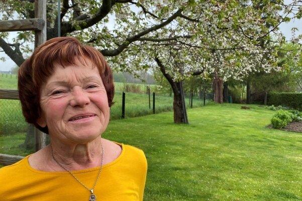 Das Vogtland ist eine Wucht. Christine Klose im Garten der Familie am Dorfrand von Rotschau. Von dort, vom nahen Feld oder aus dem Wohnzimmerfenster gibt es immer neue Lieblingsblicke - mal einen Regenbogen, mal sich auftürmende Wolken, mal die brütenden Rotschwänzchen.
