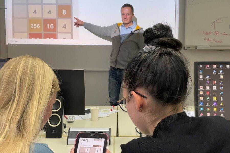 Live-Hacking: Maik Benndorf von der TU Chemnitz hat sich auf einem Tablet eingehackt und kann von einem fremden Rechner beobachten, was die Schülerinnen auf dem Tablet spielen.