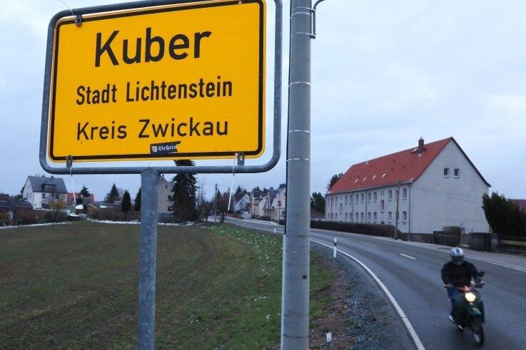 """Heinrichsort hatte tagelang ein neues Ortseingangsschild mit dem Aufdruck """"Kuber"""". Es stand an der Prinz-Heinrich-Straße aus Lichtenstein kommend in Richtung Autobahn 72."""
