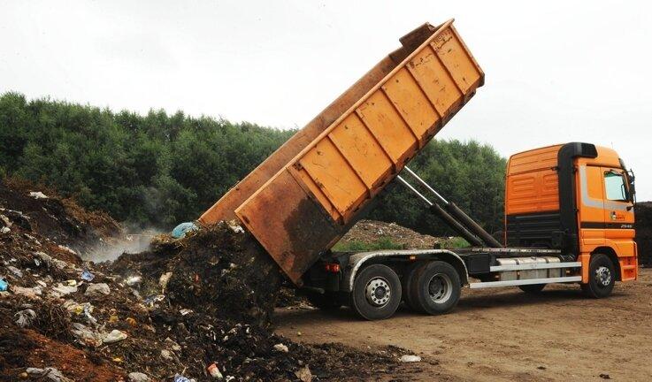 """<p class=""""artikelinhalt"""">Anlieferung von Rohkompost auf dem Gelände der Zwönitzer Städtereinigung Tappe. Mit dem Bau der Biogasanlage wird ab 2009 Energie aus der Kompostierung gezogen.</p>"""