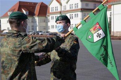Der Kommandeur des Panzergrenadierbataillons 371 übergibt den Wimpel der Fünften Kompanie an Hauptmann Silvio Riehmer (rechts).
