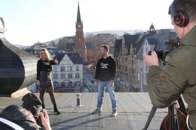 Sophia Verena Trzarnowski und ihr Manager Markus Illmann beim Dreh auf dem Dach des Hotels Blauer Engel in Aue.