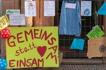 An einem Bauzaun auf dem Peniger Markt wurden Plakate und Zettel angebracht, mit denen das Lernen und Studieren ohne Maske und Test gefordert wurde.