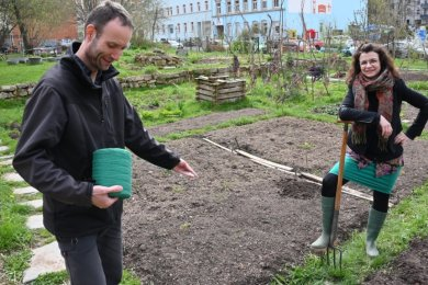 """Die Beete des Vereins """"Gartenutopie"""" werden von Rajko Nestler (links) und Karin Hübler aus dem Winterschlaf geholt. Ganz zur Ruhe kommt der Garten aber auch in der kalten Jahreszeit nicht, viele Gemüsesorten können ganzjährig geerntet werden."""