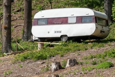 Der Caravan im Wiedertal soll weggefahren werden, wenn die Wiederaufforstung abgeschlossen ist, informiert der Landkreis.