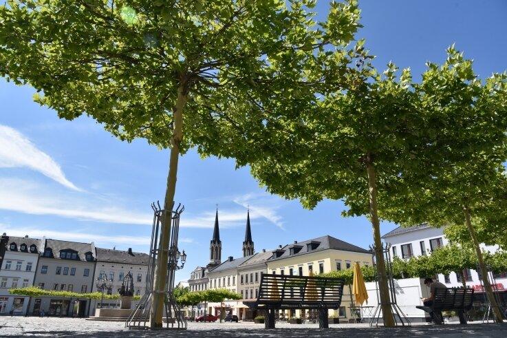 Der Oelsnitzer Marktplatz wird innerhalb der Platanen am 1. Juli für dasKonzert der Band More than words eingezäunt.