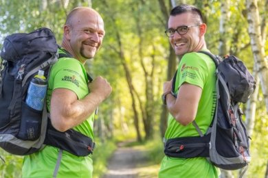 Die Vorfreude auf die 50 Kilometer durch die Welterberegion ist Enrico Hähnel (links) und Patrick Schönheider anzusehen. Mit einem Kumpel aus Frankenberg nehmen die beiden Ehrenfriedersdorfer am Sonnabend an der Premiere der Wanderung vom Fichtelberg auf den Auersberg teil.