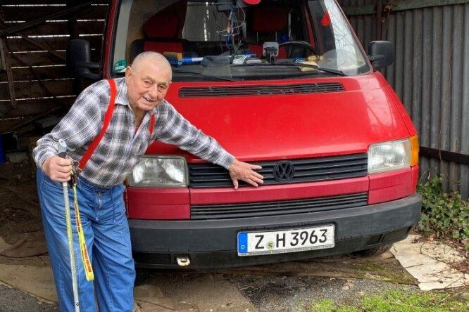Horst Hofmann zeigt jene Stelle seines Transporters, die er nach einem Wildunfall reparieren lassen musste.
