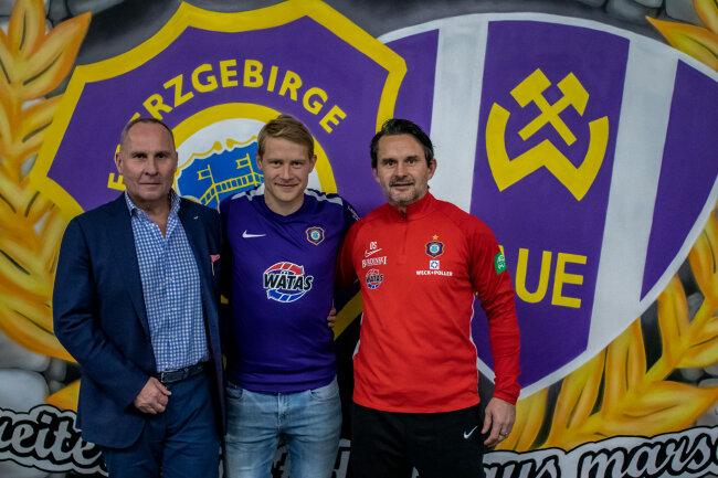Vereinspräsident Helge Leonhardt, Jan Hochscheidt und Aue-Coach Dirk Schuster.