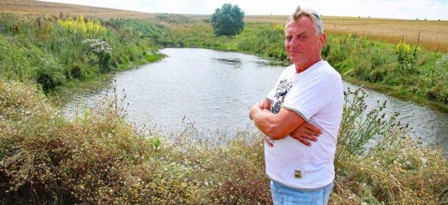 Steffen Guthmann aus Langenbernsdorf ist stolz auf sein selbst geschaffenes Biotop und hofft auf Nachahmer.