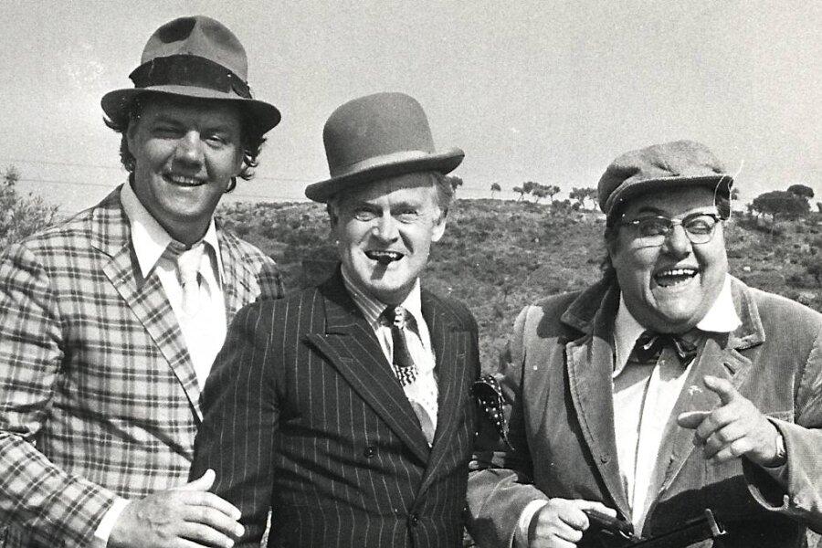 """Morten Grunwald (Benny), Ove Sprogøe (Egon) und Poul Bundgaard (Kjeld) posieren 1974 auf Mallorca. Dort wurde """"Der (voraussichtlich) letzte Streich der Olsenbande"""" gedreht."""