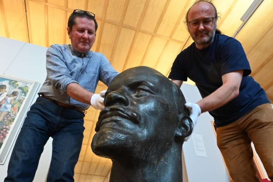 Uwe Fiedler (links), Leiter des Schloßbergmuseums, und Magazinmeister Volker Schrierer mit der von Lew Kerbel geschaffenen Lenin-Büste, die bis 1990 vor der damaligen Friedrich-Hähnel-Oberschule in Helbersdorf stand. Sie soll in einer Ausstellung 2025 zu sehen sein.