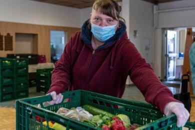 Jenny Bär, Helferin in der Ausgabestelle Rochlitz der Mittweidaer Tafel, sorgt mit vielen anderen Ehrenamtlichen dafür, dass die Kisten für die Bedürftigen immer gut gefüllt sind.