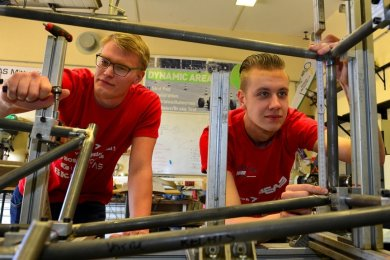Fabian Haberkorn und Lars Clauß (li.) bauen am Rahmen des neuen Rennautos des TMM-Teams der Hochschule Mittweida.