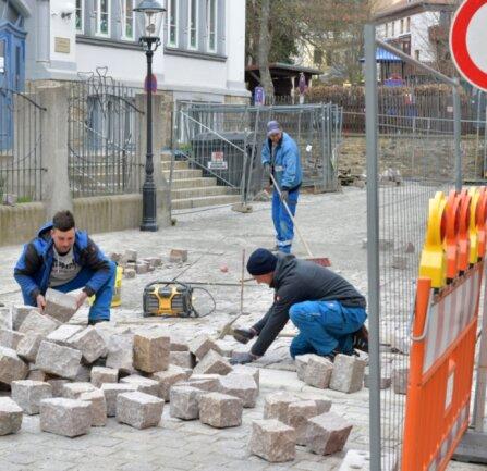 An der Ecke Mühlgraben/Färbergasse in Freiberg sind Mitarbeiter der Firma Andreas Adam Sayda auf einer Länge von 160 Metern mit Pflasterarbeiten beschäftigt. Am Freitag soll die Bauabnahme stattfinden, von links Vorarbeiter Dennis Braun, Marc Garbatz und Philipp Dornbusch.