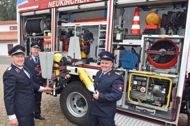 In Neukirchen ist ein neues Rettungsfahrzeug in Dienst genommen worden. Zum Aktionstag gaben Wehrleiter Gunter Berge, Mirko Sittner und Thomas Schmidt (v. l.) Einblicke in die Ausrüstung.