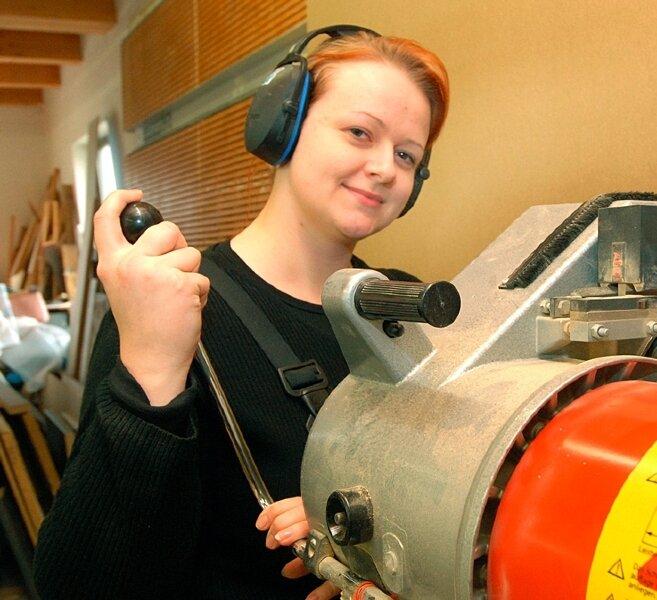Nicole Kluge in ihrem eigentlichen Element. In der elterlichen Tischlerwerkstatt arbeitet sie an einer Plattenaufteilsäge.
