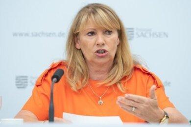Petra Köpping (SPD), Sozialministerin von Sachsen, stellt den Bericht der Landesuntersuchungsanstalt vor.