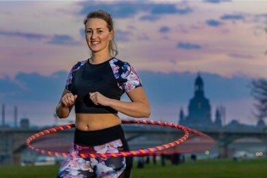 Immer schön kreisen lassen! Wie das geht, zeigt Hula-Hoop-Trainerin Nelly Halling aus Dresden.