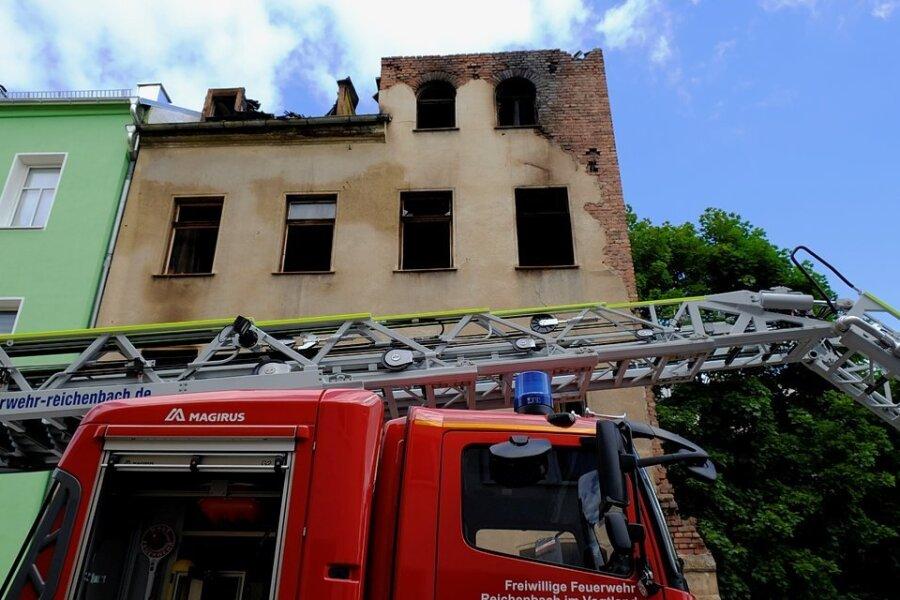 Bei dem Brand in der Nacht zum 13. Juni waren rund 100 Einsatzkräfte im Einsatz gewesen.  Das Ehepaar konnte jedoch nur noch tot geborgen werden.