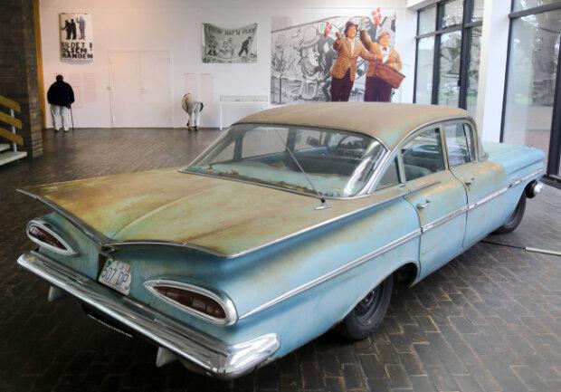 Ein Chevrolet, wie ihn die Olsenbande in den Filmen benutzte, in einer Ausstellung in der Kunsthalle Rostock 2015.