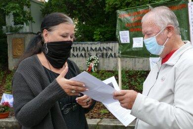 Auch Andrea Schrutek, die Organisatorin der Denkmalfahrt am Weltfriedenstag, nahm in Zschopau beim Besuch des Ernst-Thälmann-Gedenkhains ein Info-Blatt von Norbert Staffa in Empfang.