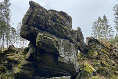 Der Kleine Affenstein unweit der Straßen zwischen Grünbach und Muldenberg, fast direkt an der Loipe gelegen.