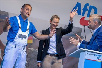 Malerlatzhose und Businesskostüm: So präsentierten sich Tino Chrupalla (links) und Alice Weidel beim bundesweiten Wahlkampfauftakt im August in Schwerin (rechts der Bundestagsabgeordnete Leif-Erik Holm).