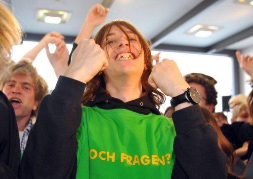 Eine anhängerin der Grünen bejubelt den Wahlsieg der Partei bei der Landtagswahl in Baden-Württemberg in Stuttgart. Bündnisse von SPD und Grünen waren in Deutschland seit dem Ende der gemeinsamen Bundesregierung 2005 dünn gesät - doch nach den Wahlen in Baden-Württemberg und Rheinland-Pfalz ist Rot-Grün im Superwahljahr 2011 wieder auf dem Vormarsch.