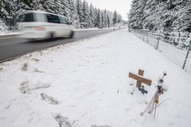 Bei einer Kollision von einem Tesla mit einem Seat zwischen den Wildbrücken auf dem Auer Autobahnzubringer verloren im Sommer 2020 drei Menschen ihr Leben. Bis heute erinnern zwei Kreuze daran.