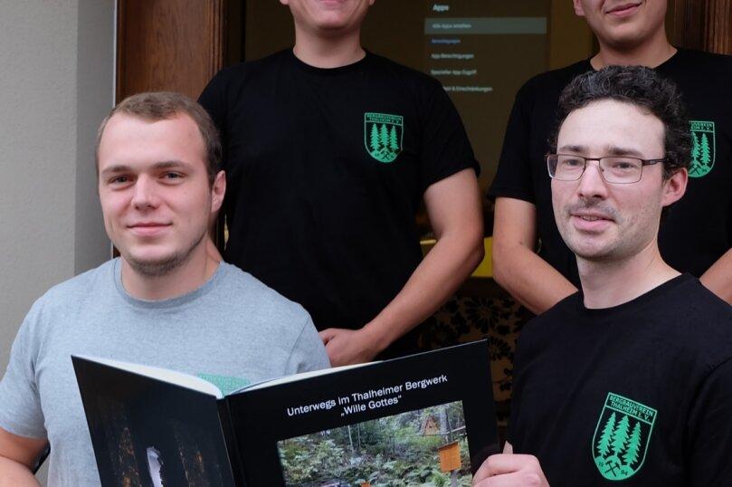 """Christian Rusch, Maximilian Hilbert, Marko Sehm und Michel Hilbert (von links) haben die Besucher bei einem Vortrag in die Tiefe der Grube """"Wille Gottes"""" entführt. Die Fotodokumentation (im Bild) gibt es derzeit nur in Kleinstauflage für die Vereinsmitglieder."""