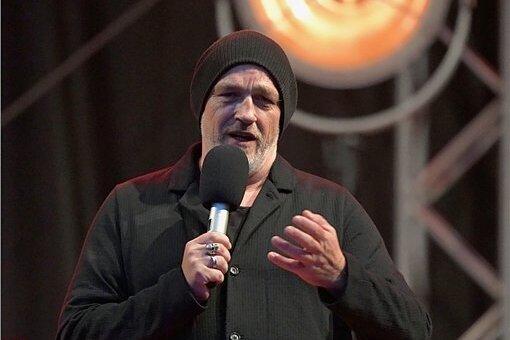 """Comedian Torsten Sträter gastierte am Mittwoch auf dem Freiberger Obermarkt und machte damit den Anfang der Veranstaltungsreihe """"Rock am Otto"""", mit der auch in Corona-Zeiten gefeiert werden soll und darf."""