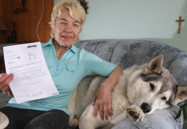 """<p class=""""artikelinhalt"""">Eva Maria Teumer zeigt den Brief vom Jobcenter, den ihr verstorbener Mann erhalten hat.</p>"""