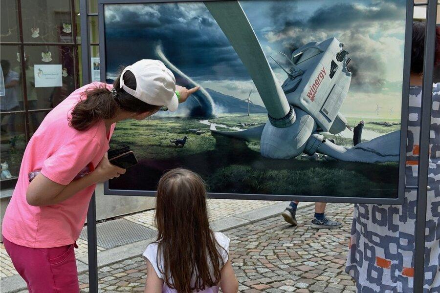 Das mögliche Scheitern der Windkraft beschäftigt Oederan. Viele Bürger wollen keine Windräder vor ihrer Nase. Auch in der neuen Freiluft-Fotoschau Pers-pektiva in der Stadt spielt das Thema eine Rolle, hier in einer Arbeit des Fotografen Uli Staiger.