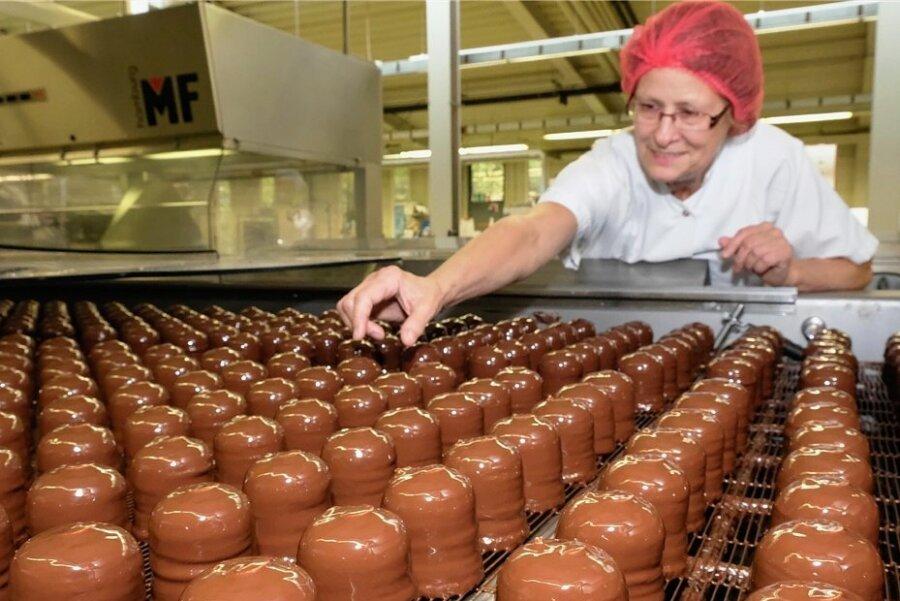 Produktionsleiterin Petra Trentzsch überwacht die Herstellung der Schaumküsse.