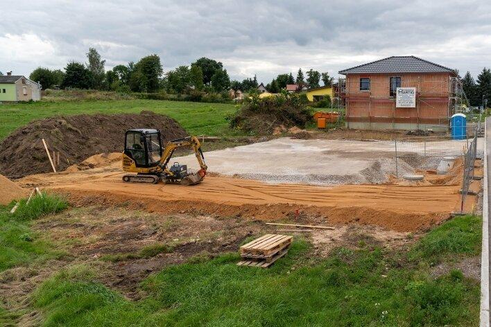 """Im Peniger Baugebiet """"Lindengarten"""" haben bereits zwei Häuslebauer losgelegt. Insgesamt 15 Grundstücke sollen bebaut werden."""