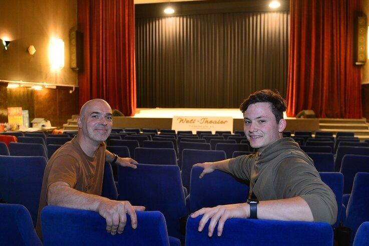 """m Herbst 2020 durften noch Besucher in das """"Welt-Theater"""" in Frankenberg: Matthias Hanitzsch (l.) und Angelo Schmidt freuten sich damals über die Auszeichnung der Defa-Stiftung."""