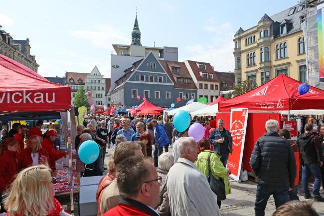 5500 Menschen kamen in Zwickau auf den Hauptmarkt, so der DGB. Es ist damit die größten Maiveranstaltung im Freistaat.