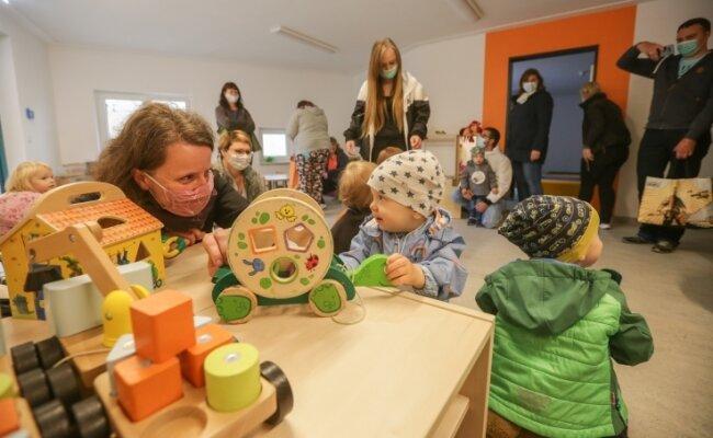 Claudia Richter (links) und ihre 16 Monate alte Tochter Jarla Marie erkunden die neue Kindertagesstätte.