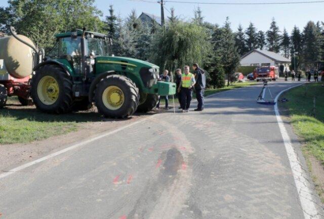 Bei dem Unfall am Donnerstagmorgen in Eulendorf war ein Moped gegen einen Traktor gestoßen. Der 16-Jährige Mopedfahrer erlag noch am Unfallort seinen schweren Verletzungen. Die Polizei hat für ihre Ermittlungen auch einen Gutachter hinzugezogen.
