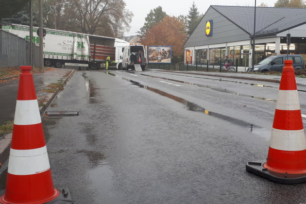Wendemanöver gescheitert - Straße voll gesperrt