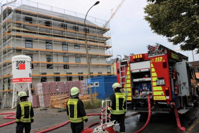 Die Höhe der Schäden sowie die Brandursache sind noch unbekannt.