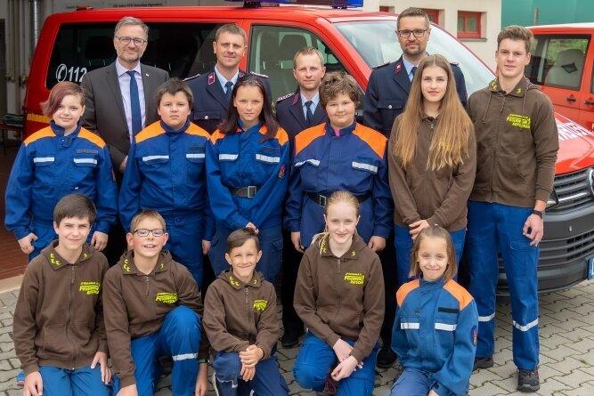 Junge und ältere Feuerwehrleute sowie OB Kürzinger stellten sich für das Foto vor den neu angeschafften und umgebauten VW-Bus.