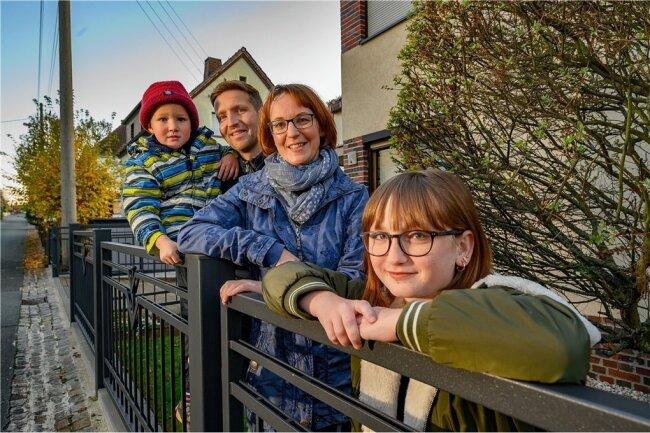 """""""Ein schönes Fleckchen Erde"""": Thomas, Nadine, Sarah und Simon Garten vor ihrem Haus in Oberlungwitz."""