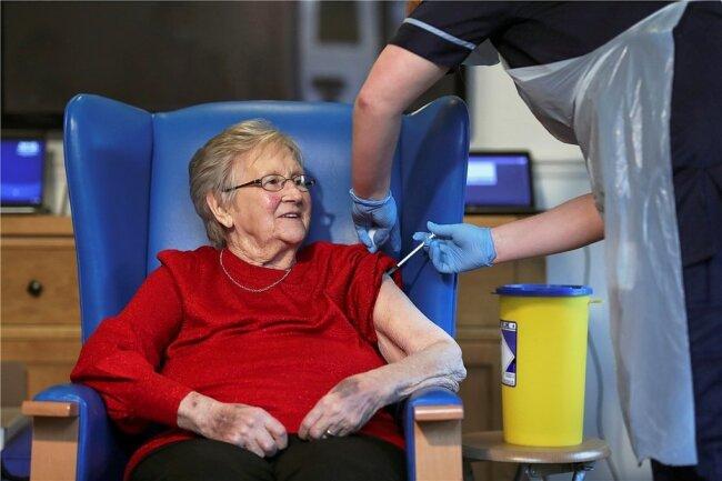 In einem Altenheim im britischen Hamilton erhält die 90-jährige Annie Innes ihre Impfung mit dem Vakzin von Biontech/Pfizer.